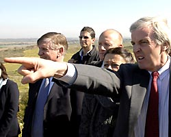 Reuters photo of John Holmes and retinue visiting Sderot on 17 Feb 2008